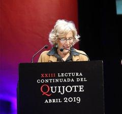 La alcaldesa de Madrid participa en la lectura continuada de 'El Quijote'