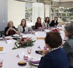 Alcaldesa y mujeres empresarias comparten mesa para celebrar el 8 de marzo