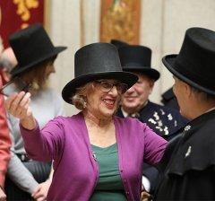 La alcaldesa de Madrid ha recibido una sardina de plata que conmemora el 250 aniversario de esta costumbre